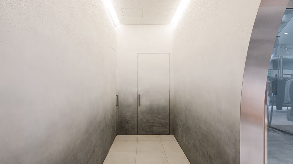The corridor to the counseling room was created with a plaster gradation inspired by the designer to represent a fog in one's head by integrating the wall with the door.