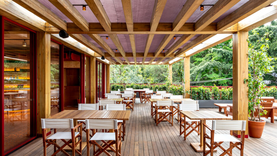 The exposed wood structure and the vegetation composition contribute to a feeling of comfort and liveliness. Transparencies and openings, as well as earthy tones, natural lighting, and ventilation and wooden surfaces accentuate these characteristics.