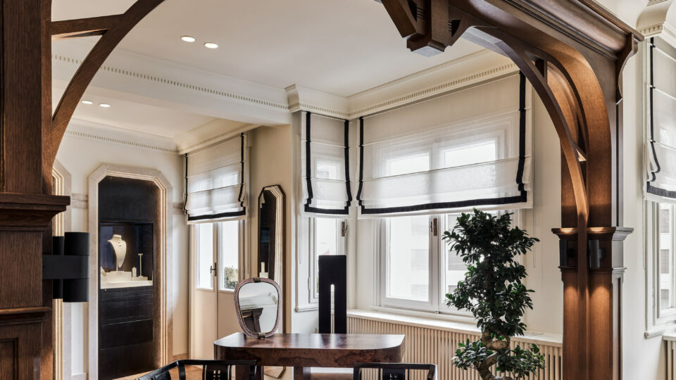 The main room is an uninterrupted double-height space dominated by large symmetrical arches. Sanayi313 Architects applied specially designed wooden frames to the arches to emphasize their proportions in the room.