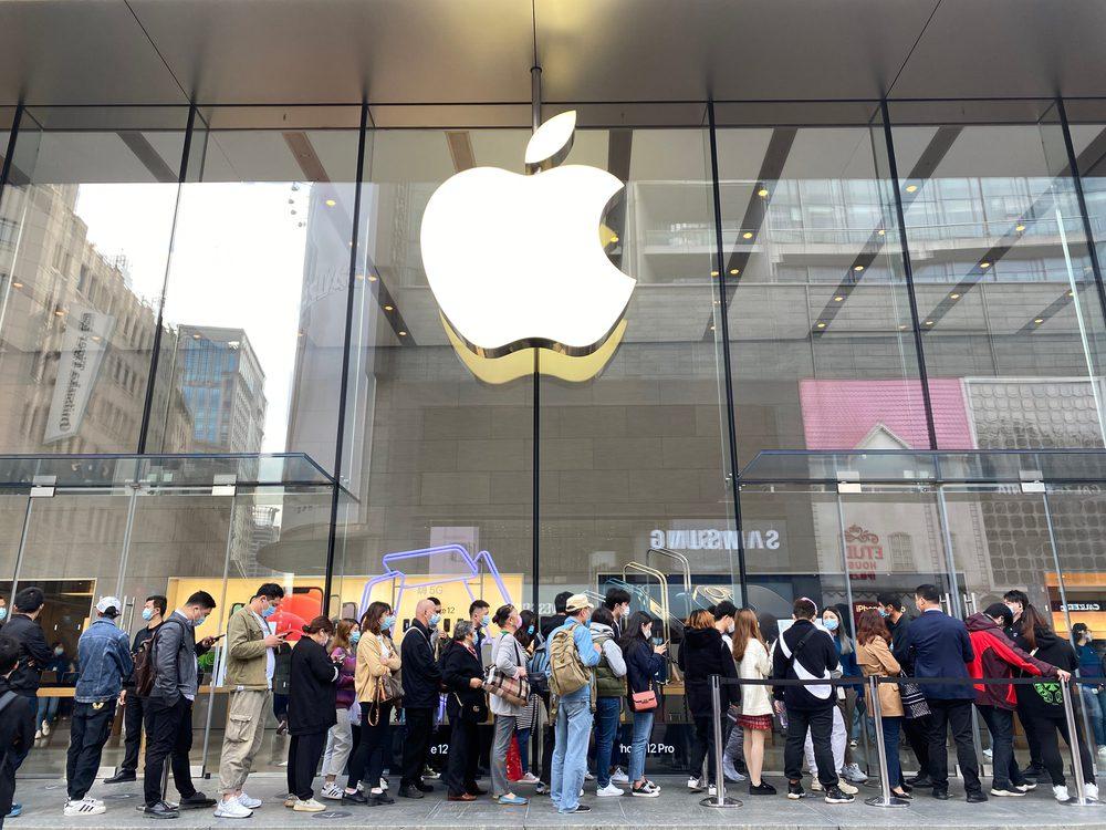 Walmart, Apple Reimplement Mask Mandates After CDC Updates Guidance
